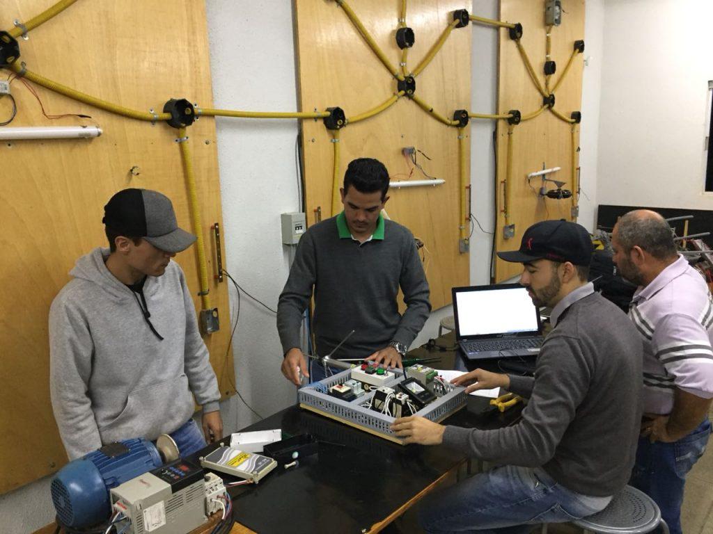Aula no laboratório de Eletrotécnica
