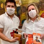 Médica barretense faz doação de livros para o LiceuTec Barretos