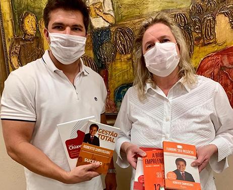 Read more about the article Médica barretense faz doação de livros para o LiceuTec Barretos